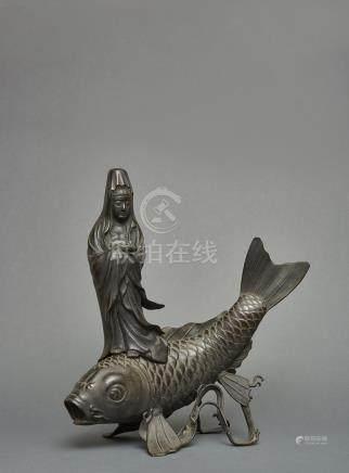 Sculpture en Bronze de la bodhisattva Kannon se tenant sur une grande carpe (ko