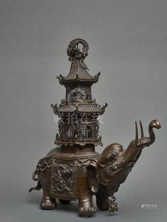 Imposante et lourde sculpture en bronze représentant un éléphant caparaçonné, à