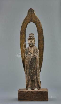 Grand bouddha en bois, avec traces de polychromie. Sur un socle en bois rectang