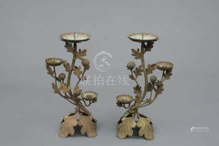 Ensemble de deux bougeoirs en bronze, à décor de feuilles de chrysanthèmes et f