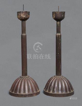 Lot de deux bougeoirs en bois avec un grand socle en forme de chrysanthème (kik