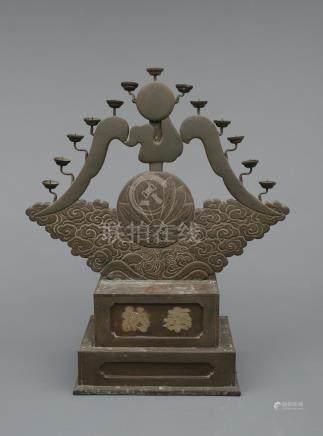 Bougeoir pour temple en feuille de cuivre sur une base en bois inscrite hōnō (o