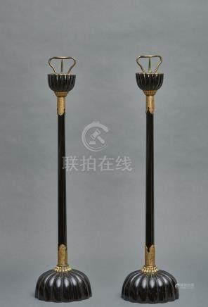 Lot de deux lampes de temple à piètement en forme de chrysanthème partiellement