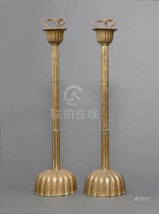 Lot de deux lanternes de temple en cuivre. Pieds en forme de chrysanthème. Péri