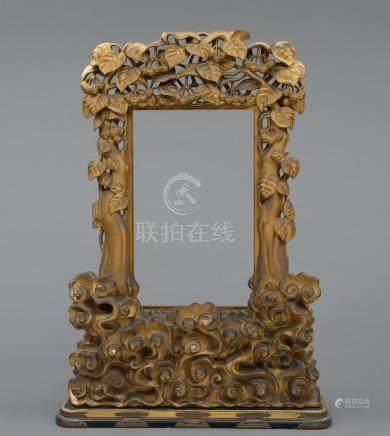 Cadre de temple en bois doré, décoré de gravures de feuilles de vigne et de vag