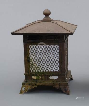 Lampe de temple carrée en bronze, décorée d'un emblème en forme de feuille d'ab