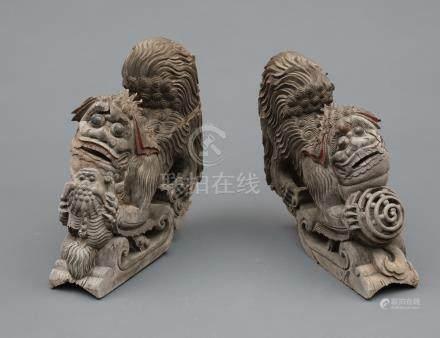 Ensemble de deux colonnes en bois en provenance de Kyūshū, à décors gravés de l