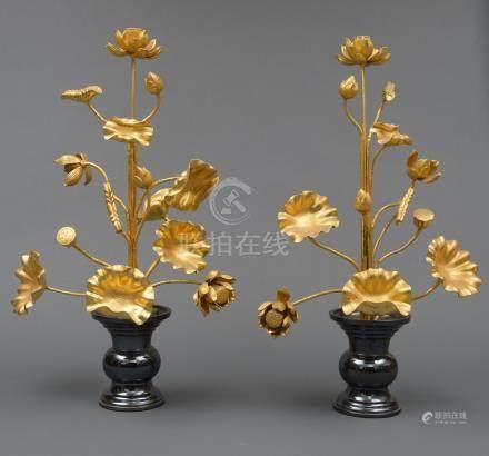 Ensemble de deux très grands vases de temple en céramique noire, à décor de feu