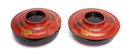 Ensemble de deux récipients ronds laqués noirs avec couvercles. Laque rouge et
