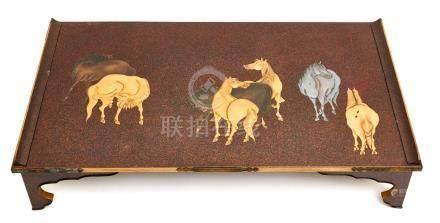 Table basse laquée (bundai), à plateau décoré en relief de sept chevaux en or e