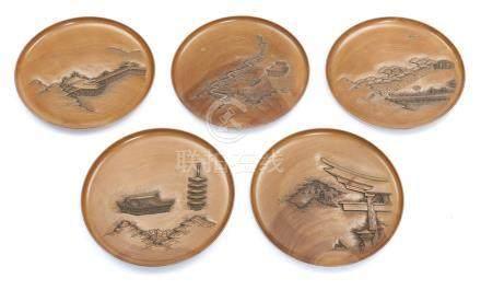 Ensemble de 5 assiettes en bois dur rondes, chacune finement sculpté avec une v