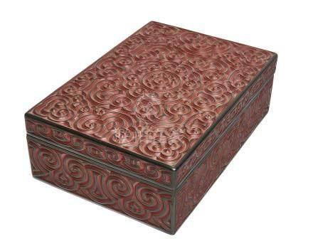 Boîte laquée, à couvercle et côtés décorés d'arabesques sculptées, et montrant