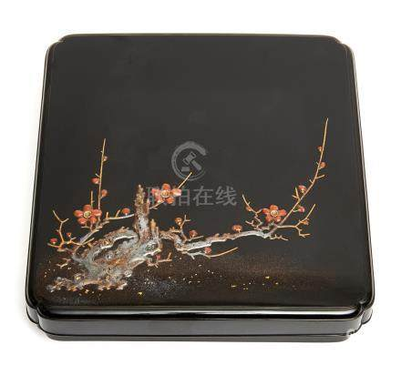 Boîte carrée laquée noire, son couvercle décoré de motifs de fleurs d'abricotie