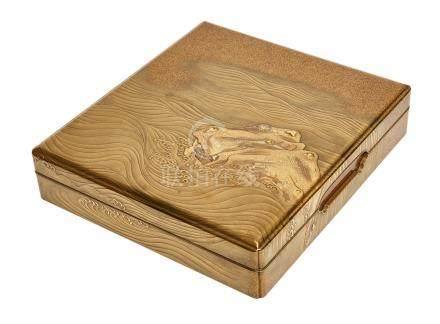 Importante écritoire carrée (suzuribako) laqué or. Décorée à l'extérieur d'un m