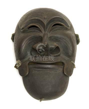 Masque Gigaku figurant une personne en colère. Argile sur papier-mâché avec de