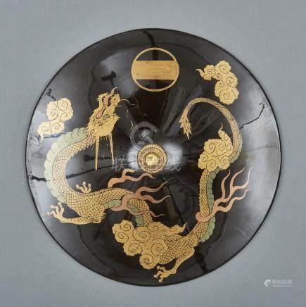 Casque de samouraï (jingasa) laqué noir, décoré sur le dessus d'un dragon en la