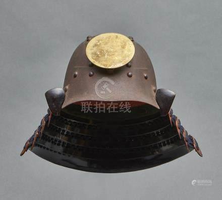 Casque zunarikabuto en métal signé avec quatre protège-nuque dorés (shikoro) et