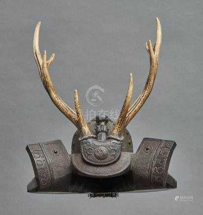 Porte sabre (katanakake) en forme de casque hoshikabuto en bois noir, possédant