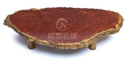 Grande table basse en bois (zataku), le dessus constitué d'une rondelle de tron