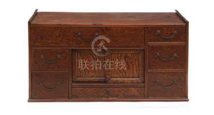 Zelkova (keyaki) - petit coffre en bois (chodansu): sept petits tiroirs et un c