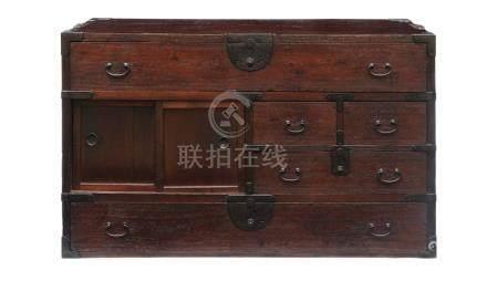 Coffre portable en bois de paulownia (kiri), avec parties en métal: Deux grands