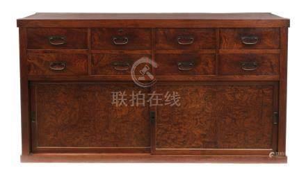 Grand coffre de commerçant (chōdansu) : en haut : huit tiroirs de même taille,