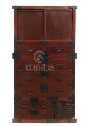 Rare meuble en deux parties laqué rouge (chōdansu); en haut: des portes couliss