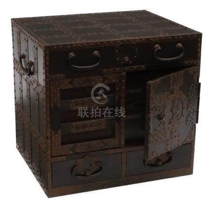 Rare coffre de style fukugogata (chobako) renforcée de métal. Six tiroirs derri