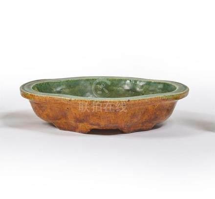 CHINE - XVIIe siècle Coupe en grès émaillé jaune et vert de