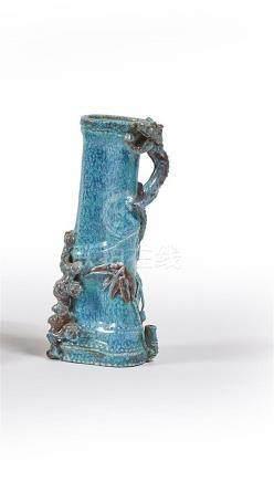 CHINE - Début du XXe siècle Petit vase en porcelaine à glaçu