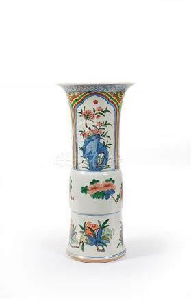 CHINE - XXe siècle Vase Gu en porcelaine Wucai à décor de fr