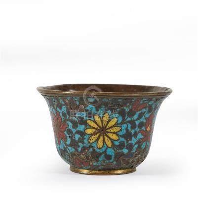 CHINE - Fin de l'époque MING XVIIe siècle Coupe en bronze et