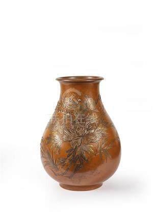 JAPON - XXe siècle Vase en bronze. La panse bombée à décor i