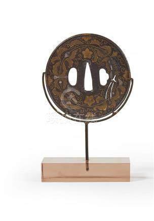 JAPON - XIXe siècle Tsuba en fer incrusté de cuivre à décor
