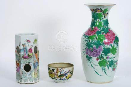 Lot (3) Chinees porselein met polychroom decor : een bowl (d