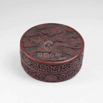 Vierpassige Rotlack-Dose mit figürlichem DekorChina, Qing-Dynastie (1644-1911), 19. Jh. Auf dem