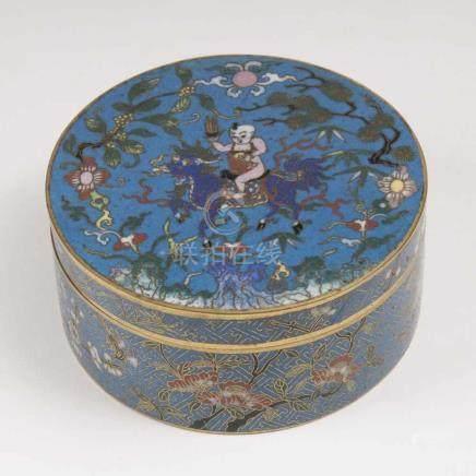 Cloisonné-Dose mit Reiter auf QilinChina, Qing-Dynastie (1644-1911). Polychromes Cloisonné auf