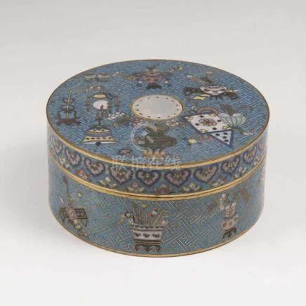 Cloisonné-Dose mit Dekor 'Acht Kostbarkeiten'China, Qing-Dynastie (1644-1911), wohl 18. Jh.