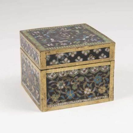 Feine Cloisonné-Deckeldose mit RankwerkChina, Qing-Dynastie (1644-1911). Polychromes,