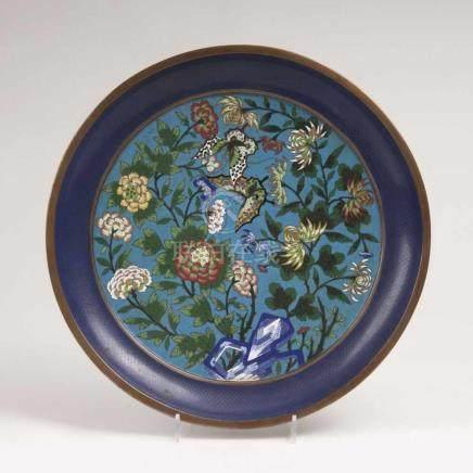 Cloisonné-Teller mit Schmetterlingen und BlumenChina, Qing-Dynastie (1644-1911). Polychromes