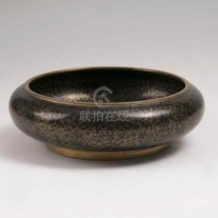 Cloisonné-Schale mit Spiralranken-DekorChina, Qing-Dynastie (1644-1911). Schwarz-goldenes