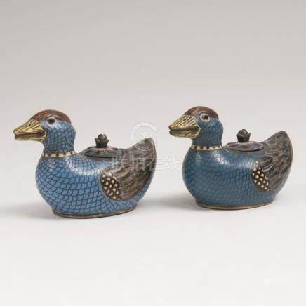 Paar Cloisonné-EntenChina. Polychromes Cloisonné auf tlw. vergoldetem Kupferkorpus. Einliegender