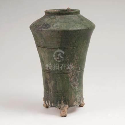 Tripod-VaseChina, Song-Dynastie (960-1279). Rötliche Irdenware, außen grün-braun verlaufende Glasur.