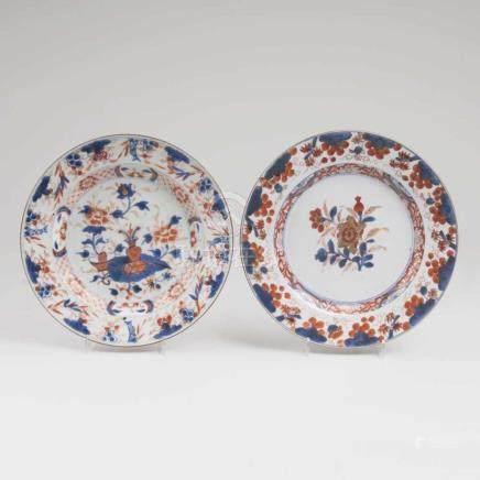 Zwei Imari-Teller mit Blumen-Früchte-Dekor und Artemisia-Blatt in VaseChina, Qing-Dynastie (1644-