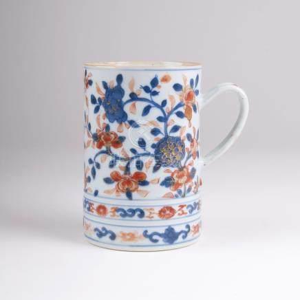 Walzenkrug mit BlütenrankenChina, Compagnie des Indes, Qianlong-Periode (1736-1795). Porzellan.