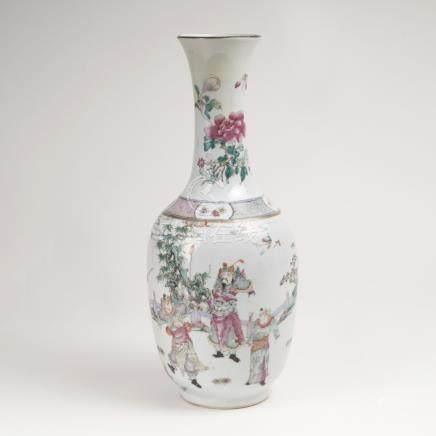 Famille-rose Balustervase mit Legendendarstellung der Mu-GuiyingChina, Qing-Dynastie (1644-1911),