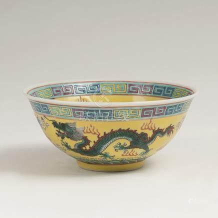 Kleine Schale mit Drachen-Dekor auf GelbfondChina. Porzellan. Innen und außen umlaufender Dekor
