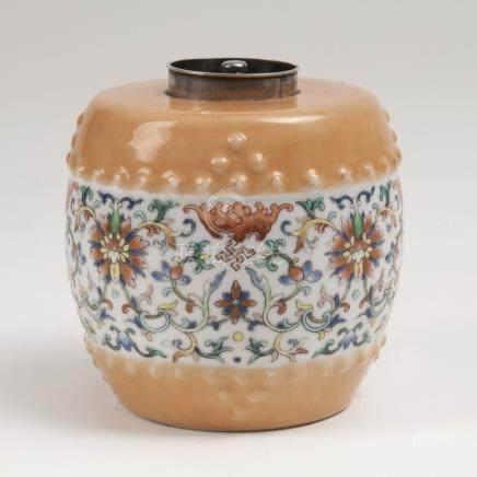 Teedose mit BlütenrankenChina, Jiaqing-Periode (1796-1820). Porzellan. Faßform. Umlaufender Dekor