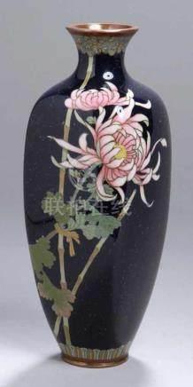 Silbersteg-Cloisonné-Ziervase, Japan, Meiji-Periode, nahezu umlaufendeSilberstegauflötungen in