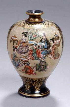 Satsuma-Zierväschen, Japan, Meiji-Periode, fein craquelierter Scherben, Schauseiten